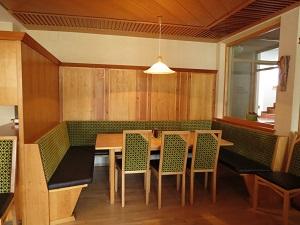 Produkte - Tischlerei Müller - Tischlerei Tirol - Sitzbereich Hotel Garni Röck
